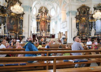 In der Predigt ging Pfarrer Thomas Rey auf Maria ein, da die Kirche heute den Gedenktag «Maria Köngin» feiert. Dazu benutzte er vor allem die Gemälde an der Decke.